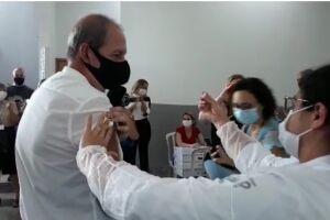 Geraldo Luiz Bueno Sampaio, de 63 anos, foi o primeiro profissional da Educação a receber a primeira dose da vacina