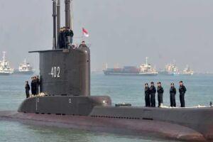 O submarino KRI Nanggala-402 em 2012, com sua tripulação.