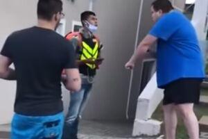 Homem esfrega o braço com a mão e diz que motoboy 'tem inveja disso aqui'
