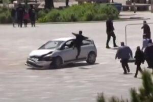 Homem deu uma voadora e entrou pela janela do carro para impedir motorista