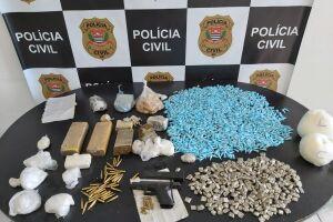 Os investigadores apreenderam pistolas, farta quantidade de drogas e anotações