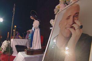 A missa está sendo realizada pelo Padre Omar