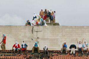 Rebelião PCC cadeião de Pinheiros; na época, 25 mil detentos em 73 unidades prisionais se rebelaram