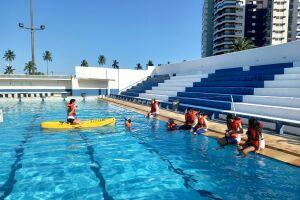 Antes de caírem no mar, os alunos primeiro foram treinar na piscina