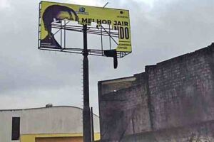 O primeiro outdoor contra Bolsonaro na Baixada Santista foi colocado na Rodovia dos Imigrantes, mas foi depredado.
