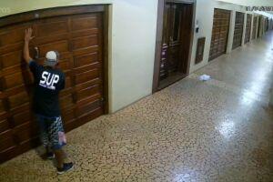 Homem invadiu prédio no Gonzaga e tentou arrombar porta de garagem