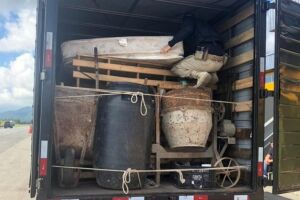 Carga de vinho estava escondida entre móveis dentro de caminhão