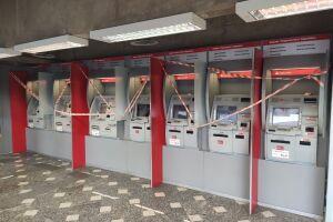 Os guardas acionaram a gerência do banco, que compareceu ao local para realizar a perícia