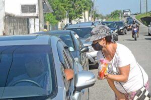 Sandra aborda os motoristas em semáforo do bairro Vila São Paulo e oferece os pirulitos em troca de uma contribuição