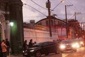 O corpo de Covas chegou em Santos, sua cidade natal, às 17h29 deste domingo (16).