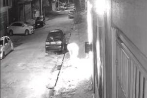 Mulher entra na garagem da casa, coloca fogo no carro e foge a pé