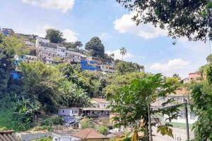Um deslizamento na encosta do Morro Fontana, ocasionado pelas chuvas da madrugada deste sábado (8) e de sexta-feira (7) à noite, atingiu a obra de alargamento da Rua Rubião Júnior.