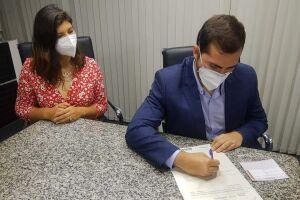 O prefeito de São Vicente, Kayo Amado, e a secretária de Habitação, Camila Oliveira, estiveram, nesta quinta-feira (6), em São Paulo, para a assinatura das escrituras de doação de dois lotes da CDHU para o Município