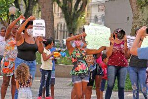 Mulheres da Zona Noroeste e lideranças, com panelas e cartazes, pedem auxílio de R$ 600,00