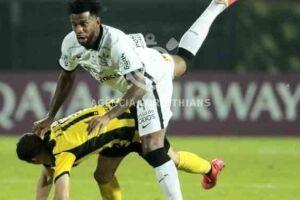 Defesa do Corinthians pareceu perdida durante todo o jogo.