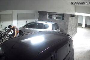 Momento em que homem furta duas bicicletas na garagem do prédio