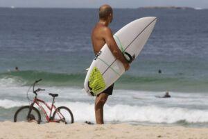 O município do Rio de Janeiro autorizou a permanência de pessoas e o comércio nas areias das praias da cidade em todos os dias