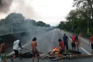 O tráfego de veículos foi bloqueado na altura do Km 57