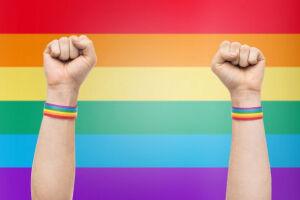 Apesar de avanços na legislação, o Brasil ainda é o país que mais comete crimes contra a população LGBTQIA+ em todo mundo, com cerca de uma morte violenta causada a cada 24 horas