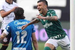 Victor Luis comemora gol após Cássio rebater bola para o meio da área.