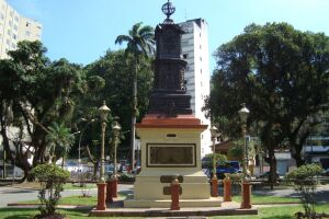 A feira acontece na Praia da Biquinha, Praça 22 de Janeiro