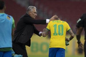 Tite cumprimenta Neymar na vitória sobre o Equador; Seleção volta a campo nesta terça