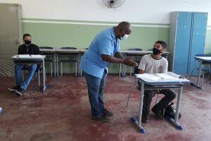 As aulas presenciais são ministradas pelos professores pertencentes ao grupo de vacinação contra a Covid-19