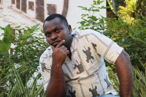 O pintor Augustine Kawoh