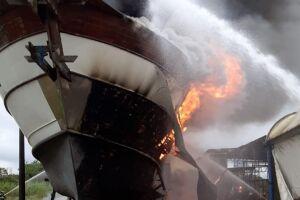 Embarcação em chamas