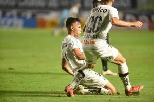 Kaio Jorge fechou o placar para o Santos na Vila Belmiro