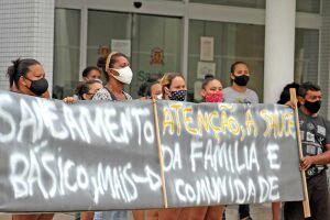 Moradores seguram faixa pedindo atenção para a periferia da Cidade