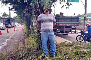 Advogado Cícero da Silva Júnior (amarrado) afirma que já está sendo comum a Prefeitura sofrer ações por conta de cortes de árvores
