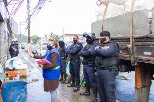Ao chegarem ao local, os agentes constataram que o estabelecimento estava obstruindo a passagem da calçada com alguns materiais, além de não possuir alvará para funcionamento