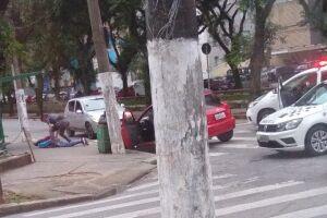 Momento em que um policial militar deteve um dos ocupantes do veículo