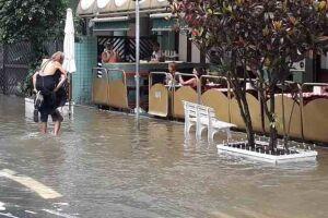 Ressaca do mar em Santos invadiu bairros.