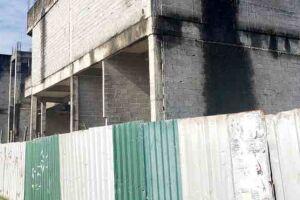 Obra abandonada-Avenida Jaime de Castro, em Itanhaém.
