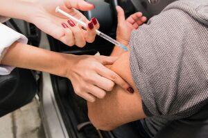 A imunização é realizada nas 26 unidades e nos dois postos móveis