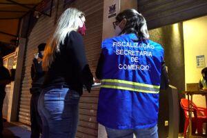 O bar localizado na Av. Quarentenário, 360, foi autuado pela Vigilância Sanitária por conta da aglomeração de cerca de 100 pessoas e por funcionar além do horário permitido.