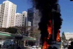 No último dia 24, um grupo desembarcou de um caminhão e espalhou pneus na avenida Santo Amaro e em torno do monumento, ateando fogo logo depois