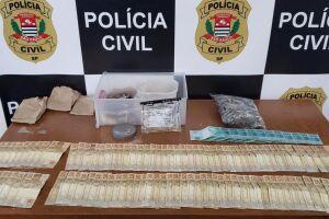 Policiais encontraram, dentro de uma caixa, o valor de R$ 6 mil e diversos fragmentos de metal amarelo e prata