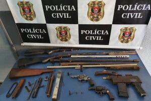 Armas apreendidas pelos policiais, incluindo a submetralhadora caseira