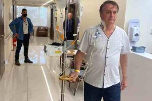 Bolsonaro caminhando em hospital onde estava internado, em SP.