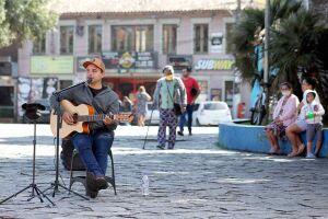 Músico se apresenta quatro vezes por semana em praça