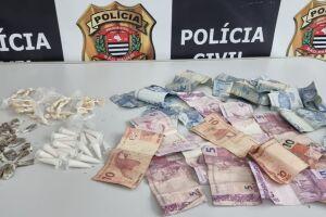 Dupla foi detida em Peruíbe e entorpecentes apreendidos pelos policiais