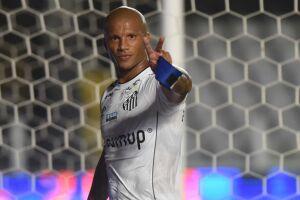 O uruguaio Carlos Sánchez está cada vez mais próximo de retomar a titularidade no Santos
