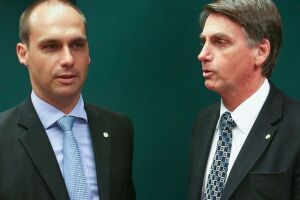 Eduardo Bolsonaro ao lado de seu pai, Jair Bolsonaro.