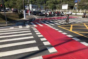 Foram pintadas faixas de pedestres, ciclovia e faixas de retenção