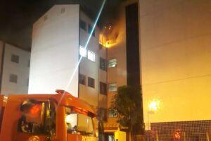 O fogo foi controlado pelo Corpo de Bombeiros após quarto horas de trabalho