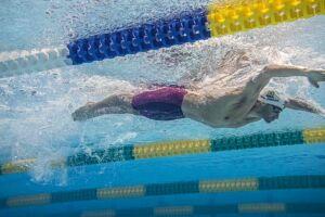 Nas eliminatórias da modalidade, os 16 nadadores com os melhores tempos após cinco baterias com oito competidores cada uma se qualificam para a semifinal
