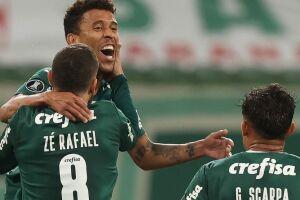 Marcos Rocha comemora seu gol.